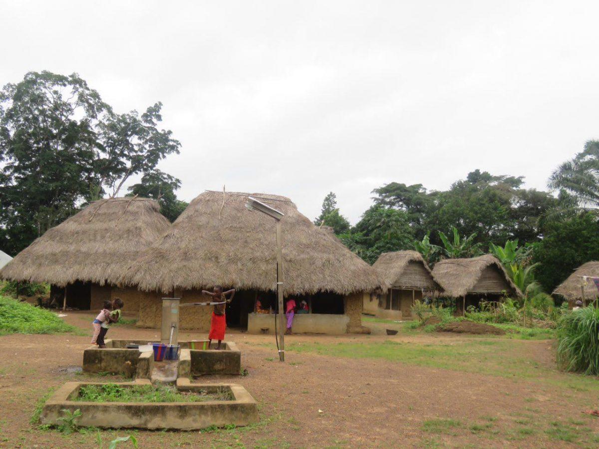 شکل خانه های روستا اینجا متفاوت است، دیوارهای خشتی و گلی و سقف های شیروانی بافته شده از برگ های پالم و نارگیل، میدان اصلی روستا هم تلمبه آبی دارد که از چاه می آید و مصرف خوردن دارد.